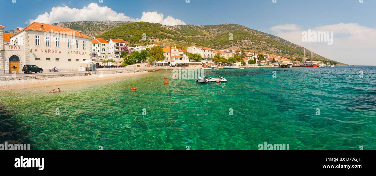 La ville de Bol et de l'eau cristalline de la mer Adriatique, l'île de Brac, la côte dalmate, Photo Stock