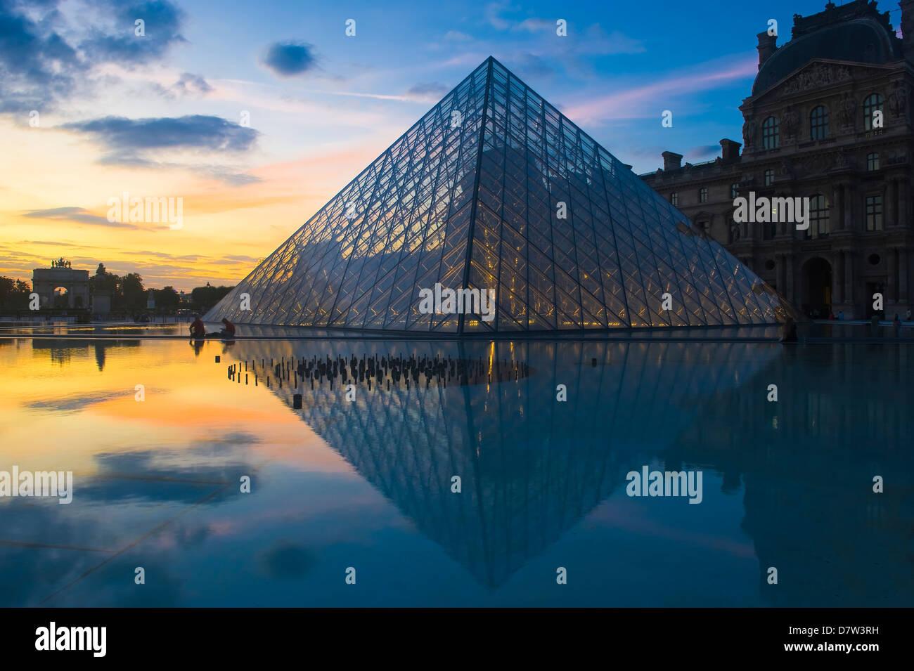 Pyramide du Louvre au coucher du soleil, Paris, France Photo Stock