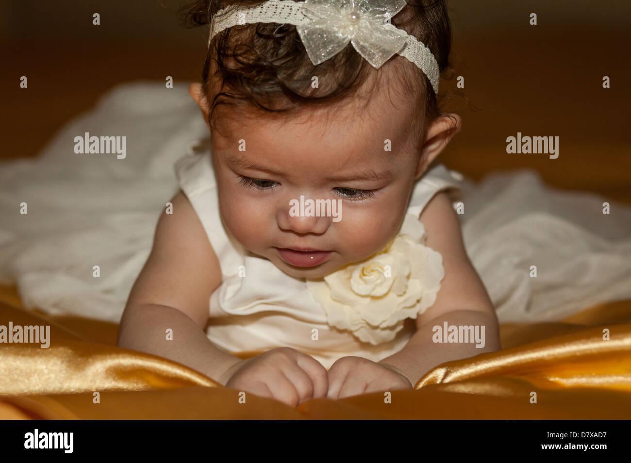 c2d48acf86800 Baby Girl laying on bed magnifiquement vêtu d une robe de baptême blanche  pour son