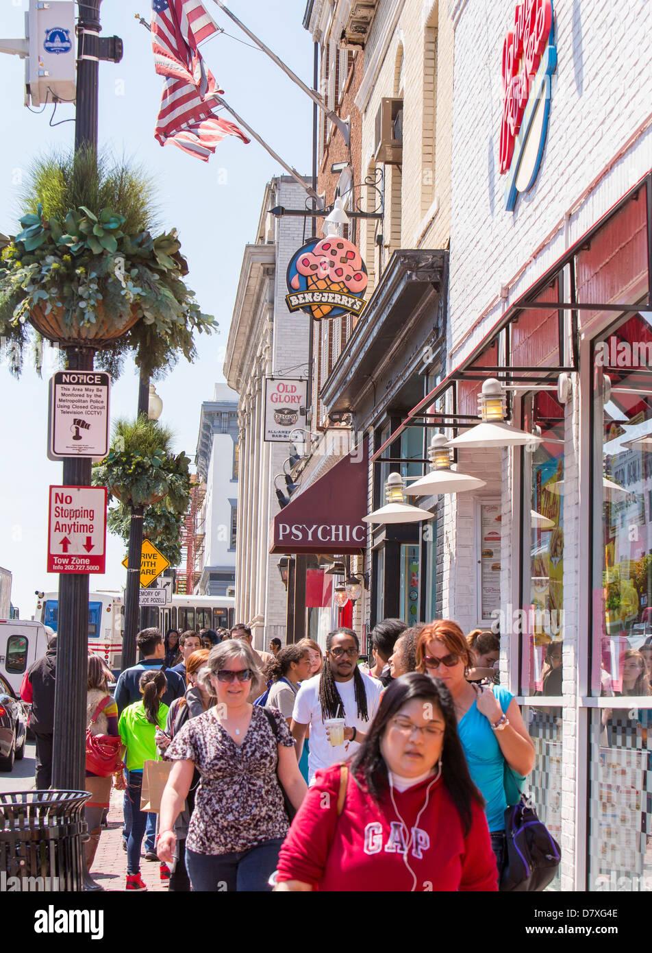 WASHINGTON, DC, USA - personnes marchant sur M Street dans le quartier de  Georgetown 35e9014a9a26