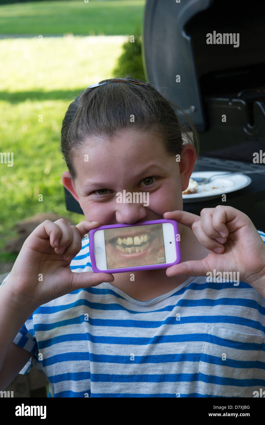 Fille avec bouche d'humour application ipod. Photo Stock