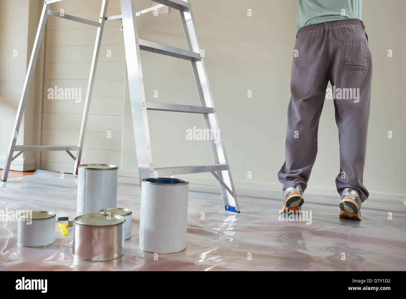 L'homme dans la salle de peinture Photo Stock