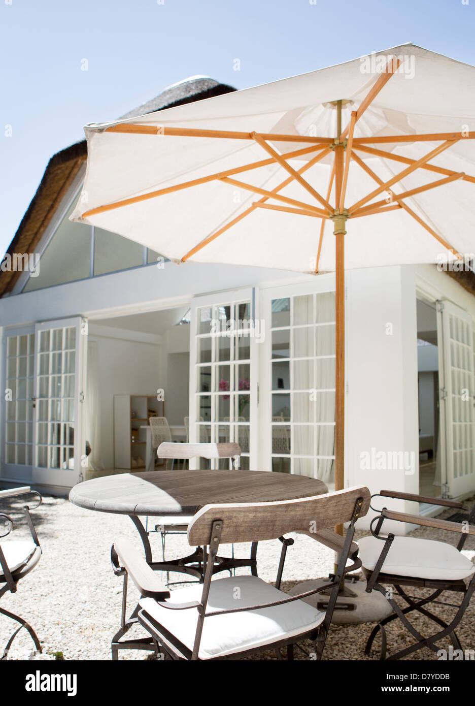 Parasol au-dessus de table en cour Photo Stock