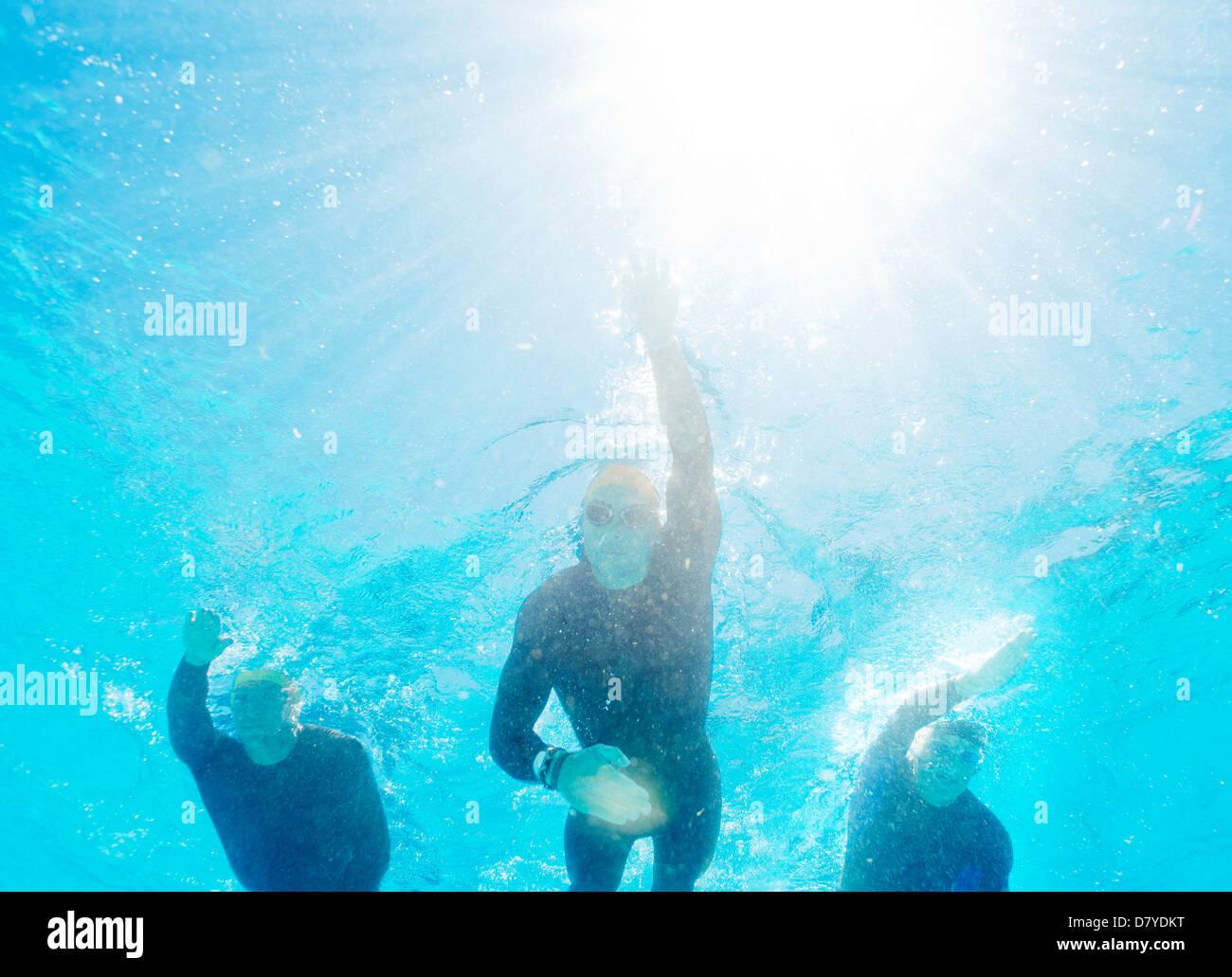 Les triathlètes en combis underwater Banque D'Images