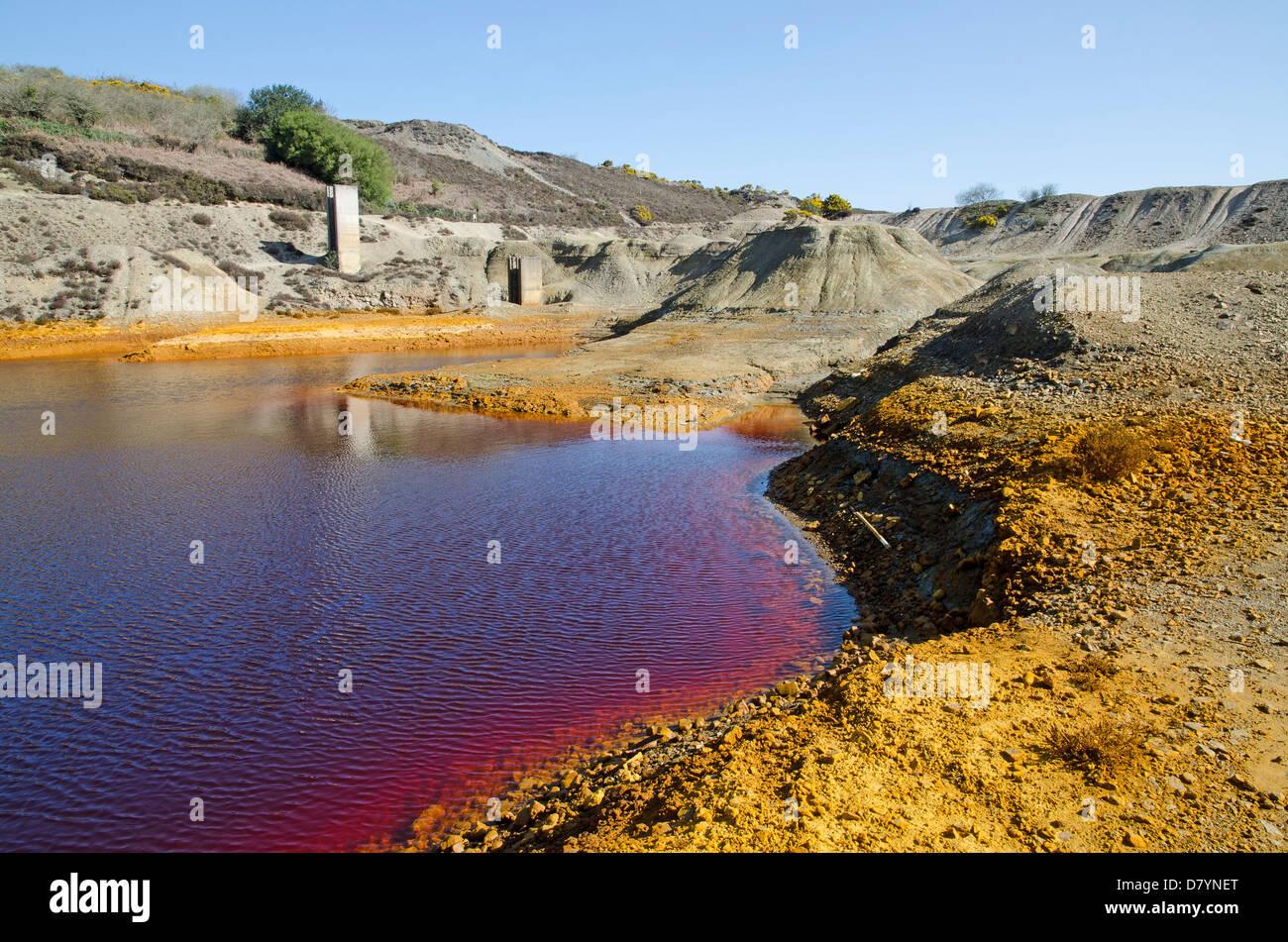 Les terres contaminées et de l'eau sur l'ancienne mine de cuivre de ménage papulo près de Photo Stock