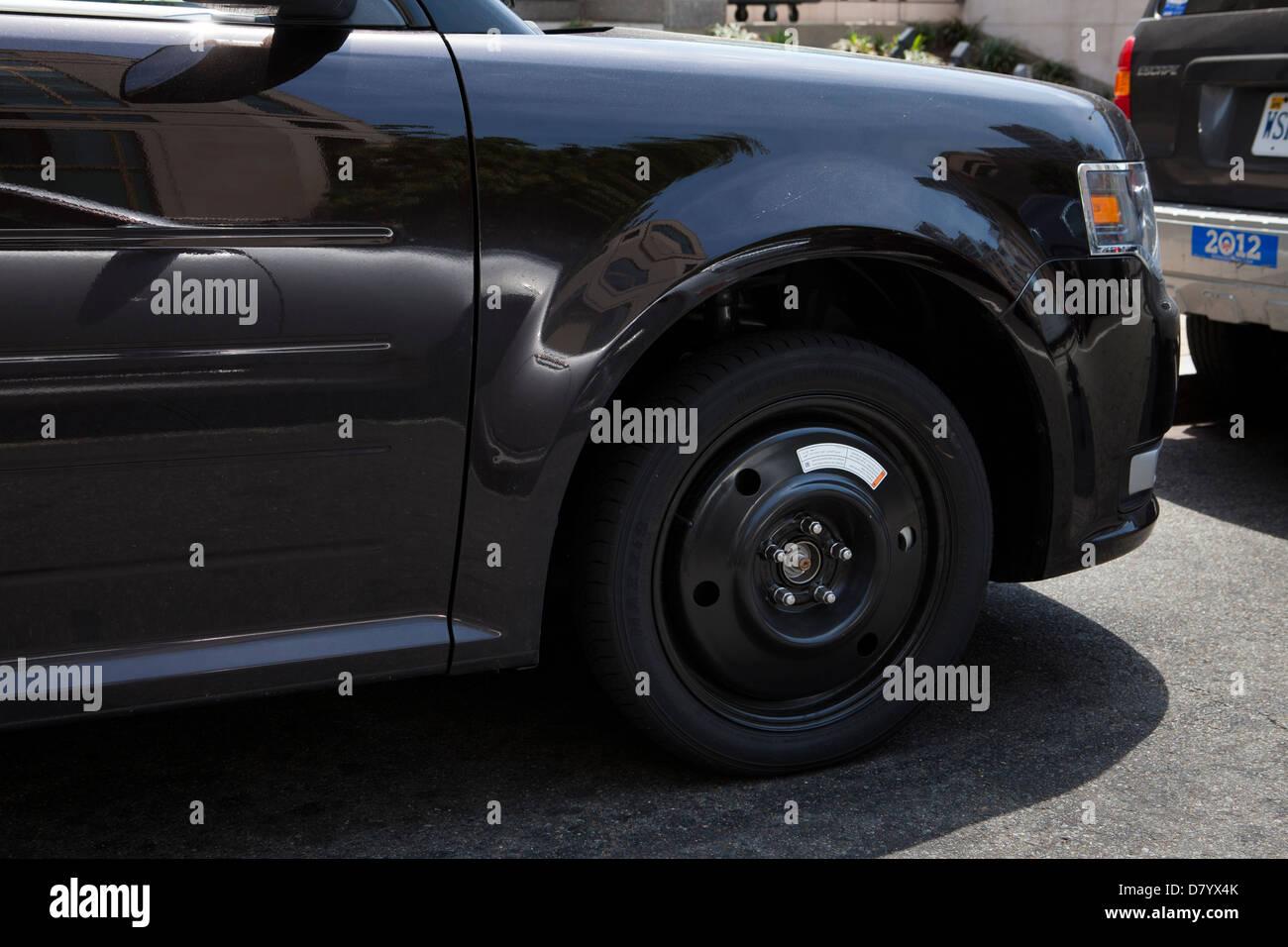 Voiture sur roue de secours Photo Stock