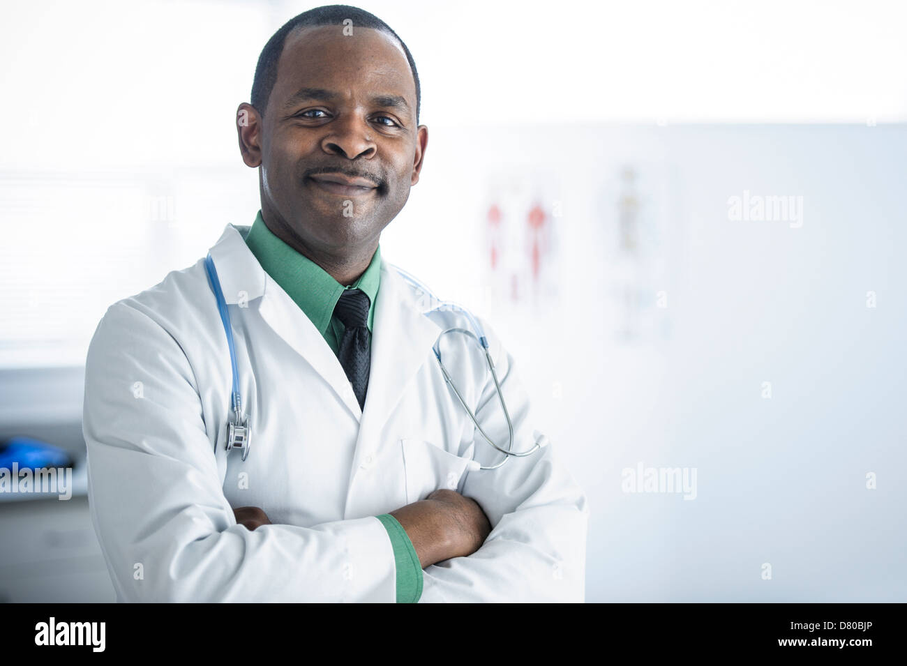 African American doctor smiling in office Banque D'Images