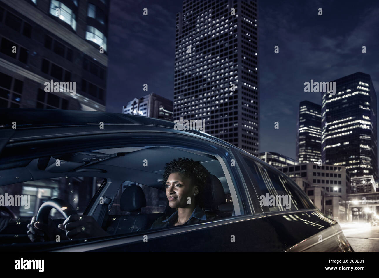 African American Woman driving on city street Banque D'Images