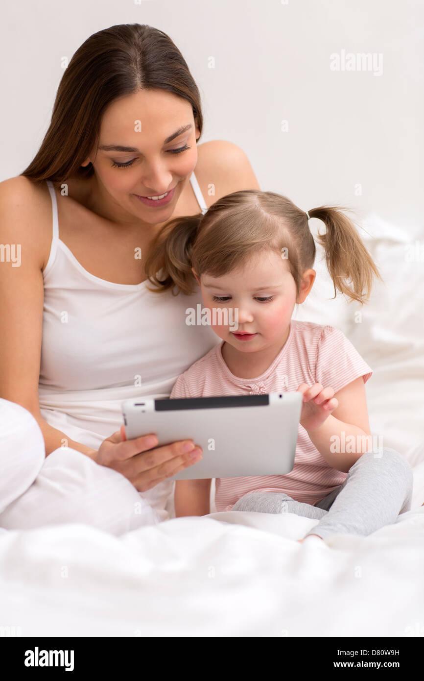 petite fille jouant avec sa maman dans la chambre blanche banque d 39 images photo stock 56568221. Black Bedroom Furniture Sets. Home Design Ideas