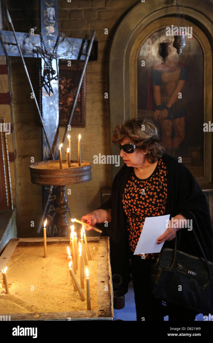 Pèlerin chrétien dans l'Église copte Mari Girgis St., Le Caire Egypte Photo Stock