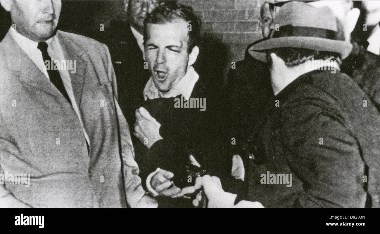 LEE HARVEY OSWALD (1939-1963) est tué par Jack Ruby dans le sous-sol de QG de la police de Dallas, le 24 novembre Photo Stock