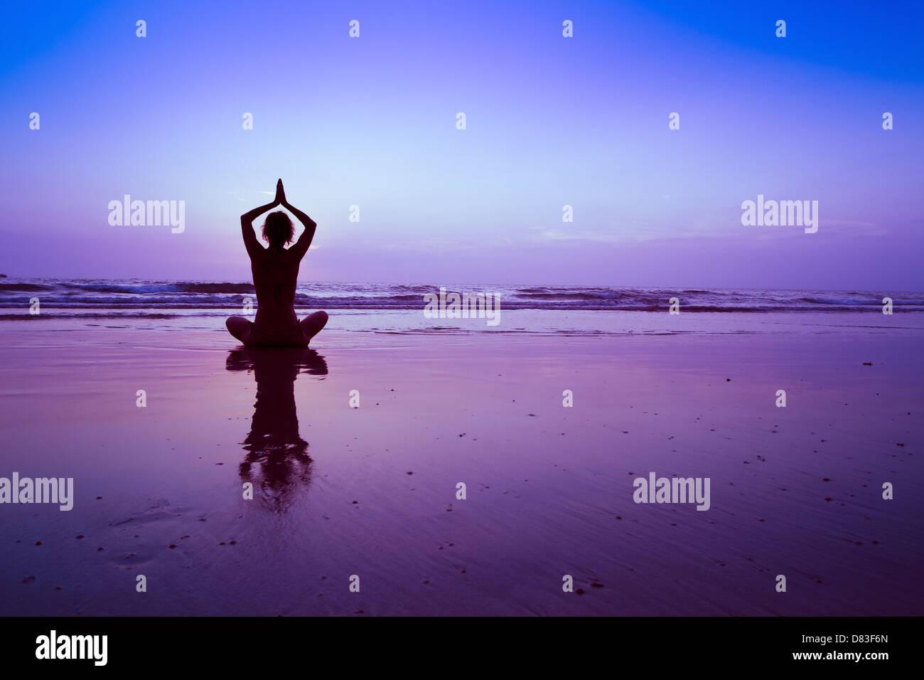 Yoga sur la plage, la méditation Photo Stock