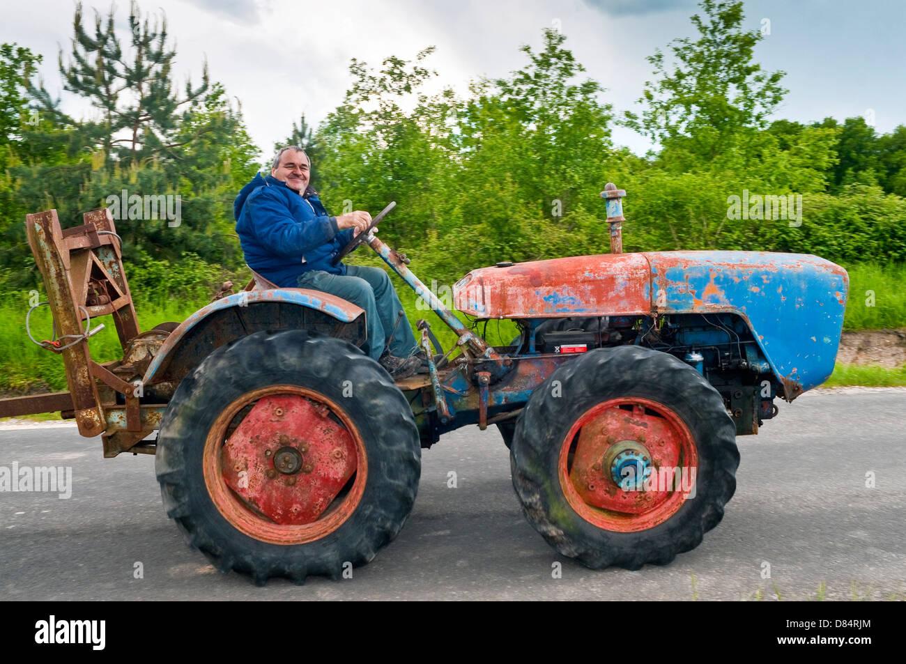 Agriculteurs français ancien conduite 1959 République tchèque U28 'Robust' tracteur - sud Photo Stock