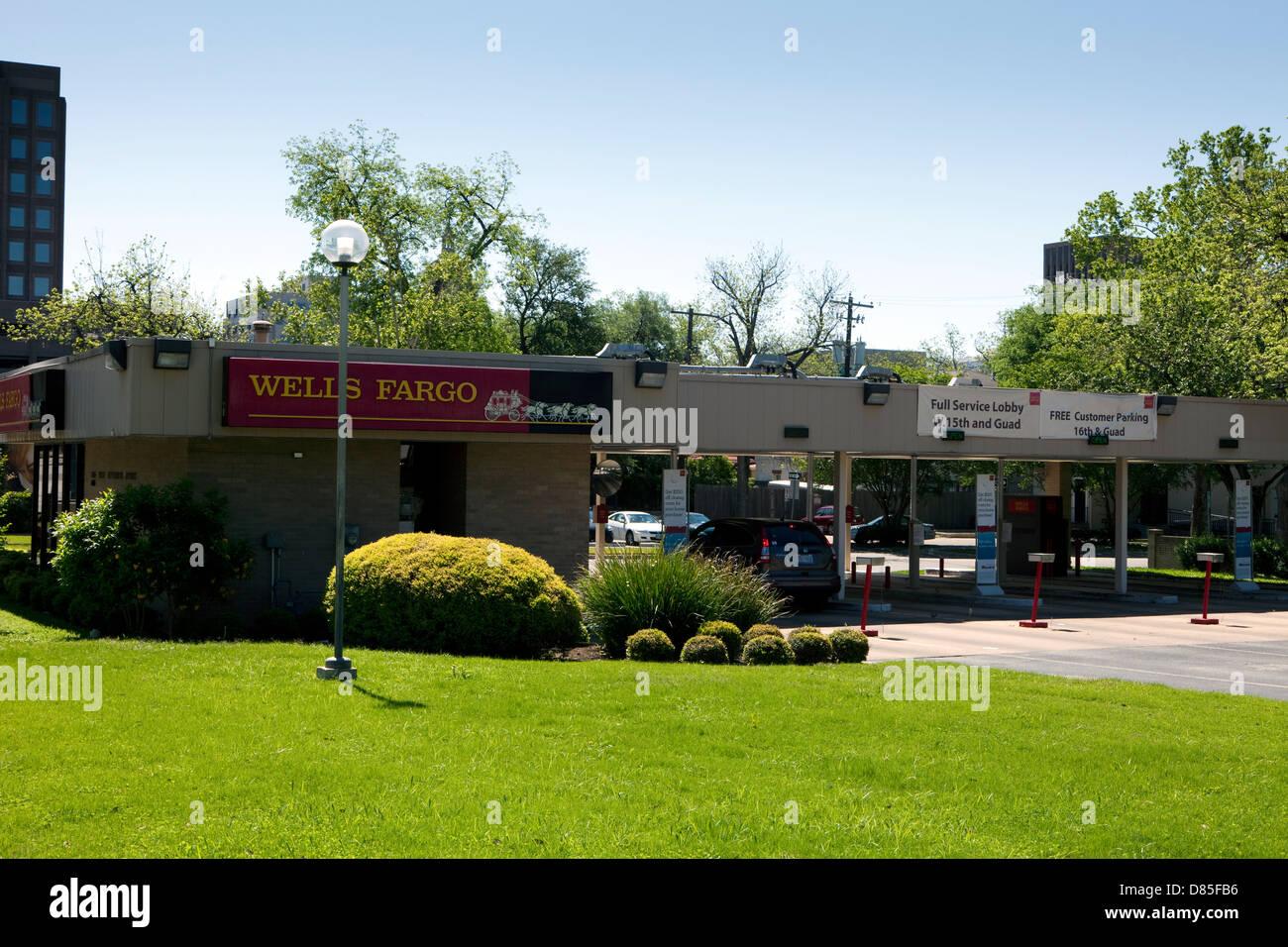 Une vue d'une succursale de Wells Fargo avec un lecteur de distributeur automatique à Austin, Texas Banque D'Images