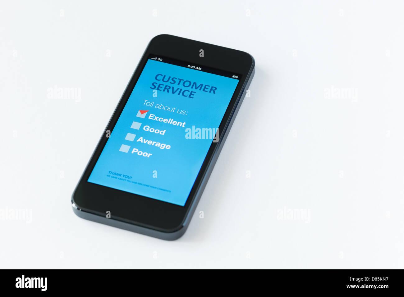 Téléphone mobile moderne avec service clientèle Formulaire d'enquête sur un écran. Photo Stock