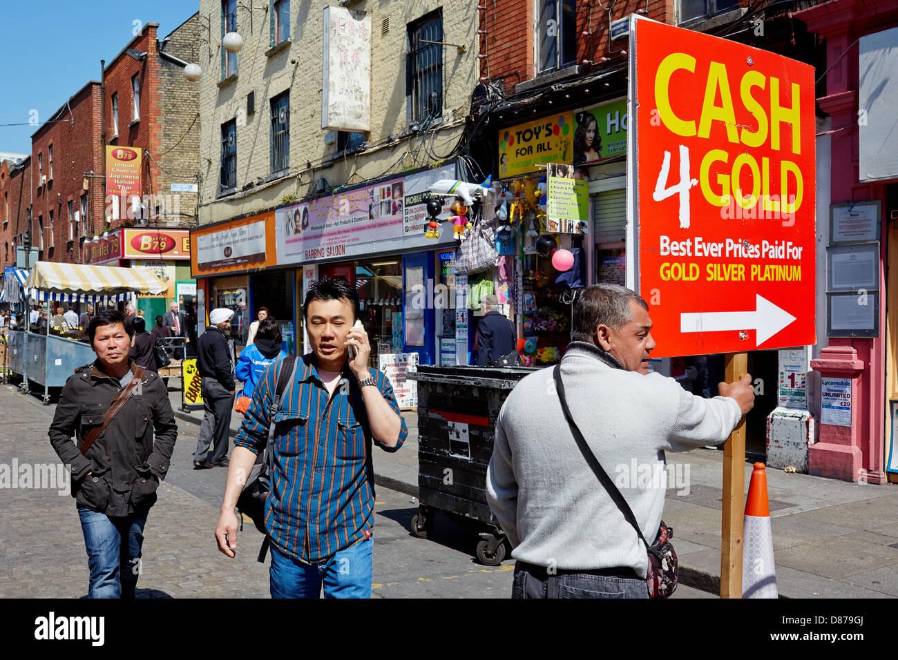Man holding placard publicité de l'argent pour l'or pendant la récession économique en 2013. Moore Street, Dublin, République d'Irlande. Banque D'Images