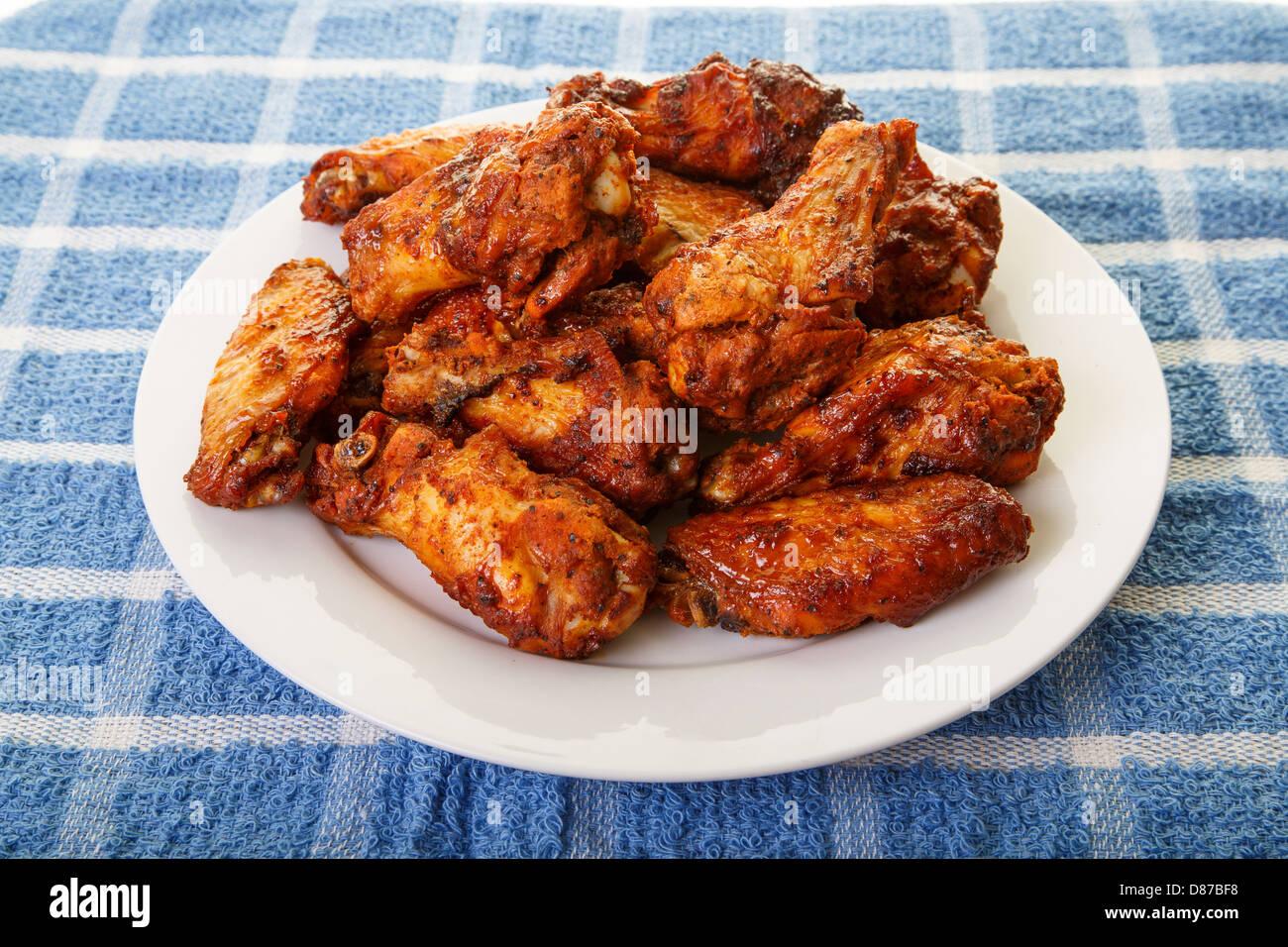 Une plaque blanche de saveur épicée, ailes de poulet mesquite Banque D'Images