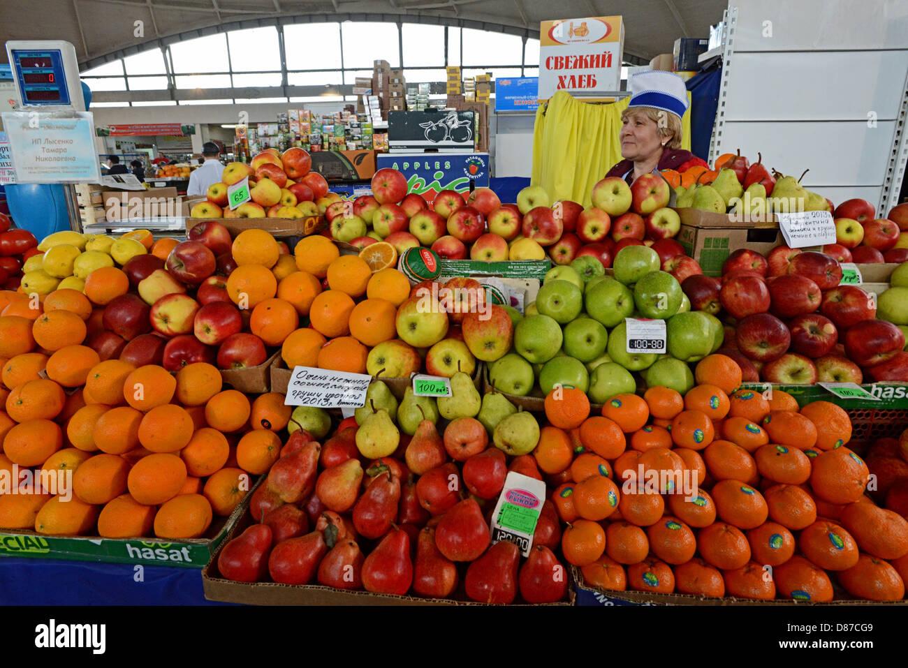 Vendeur de fruits. Rynok Noviy (Nouveau Marché) à Barnaoul. Commerce de fruits. La Sibérie. La Russie Photo Stock