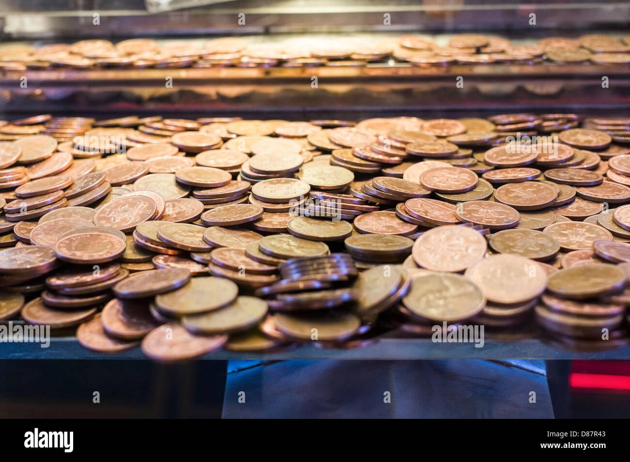 Close up of 2p pièces dans une salle de jeux électroniques penny falls machine de jeu, UK Banque D'Images