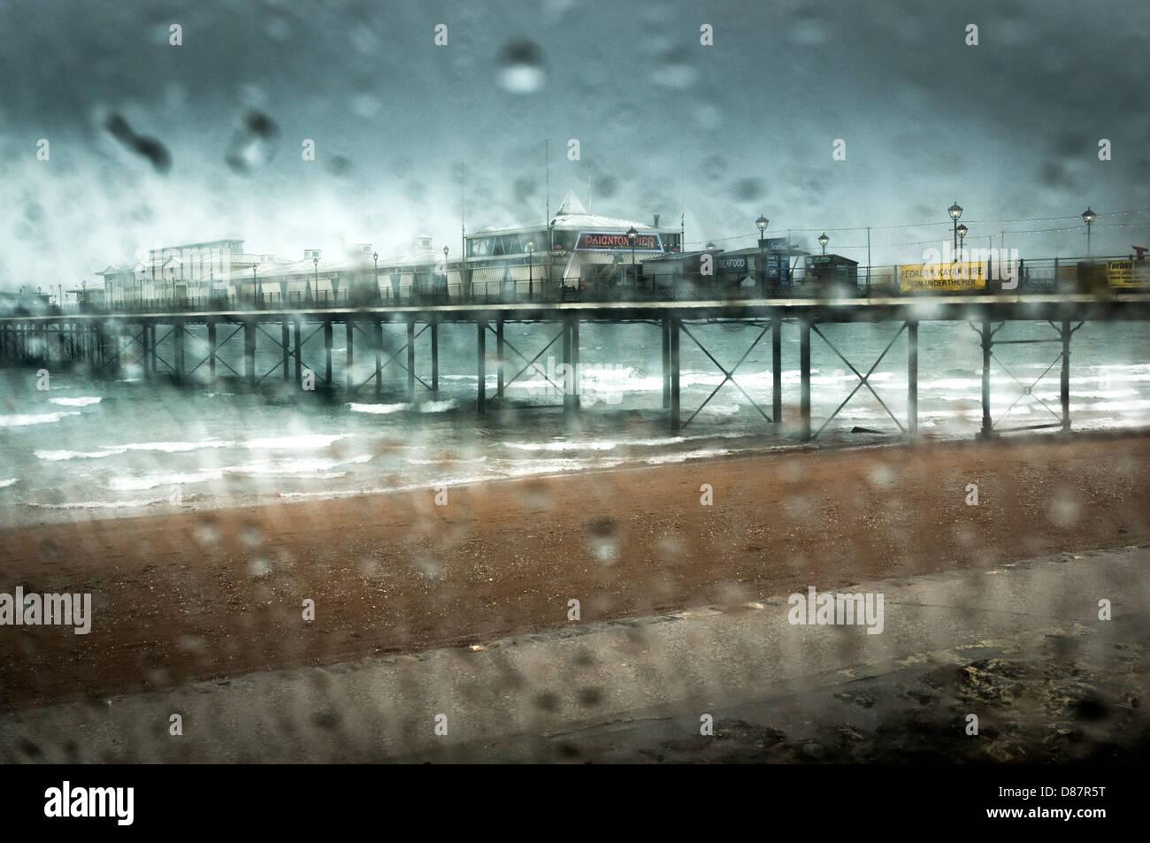 La jetée de Paignton sur un jour pluvieux de printemps/été, England, UK Banque D'Images
