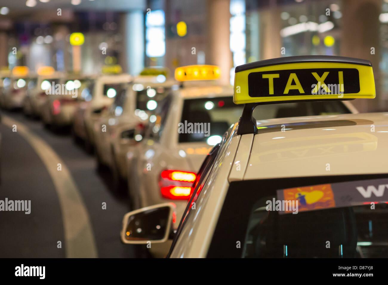 Des taxis sont disponibles à l'aéroport de Düsseldorf à l'extérieur de nuit Photo Stock