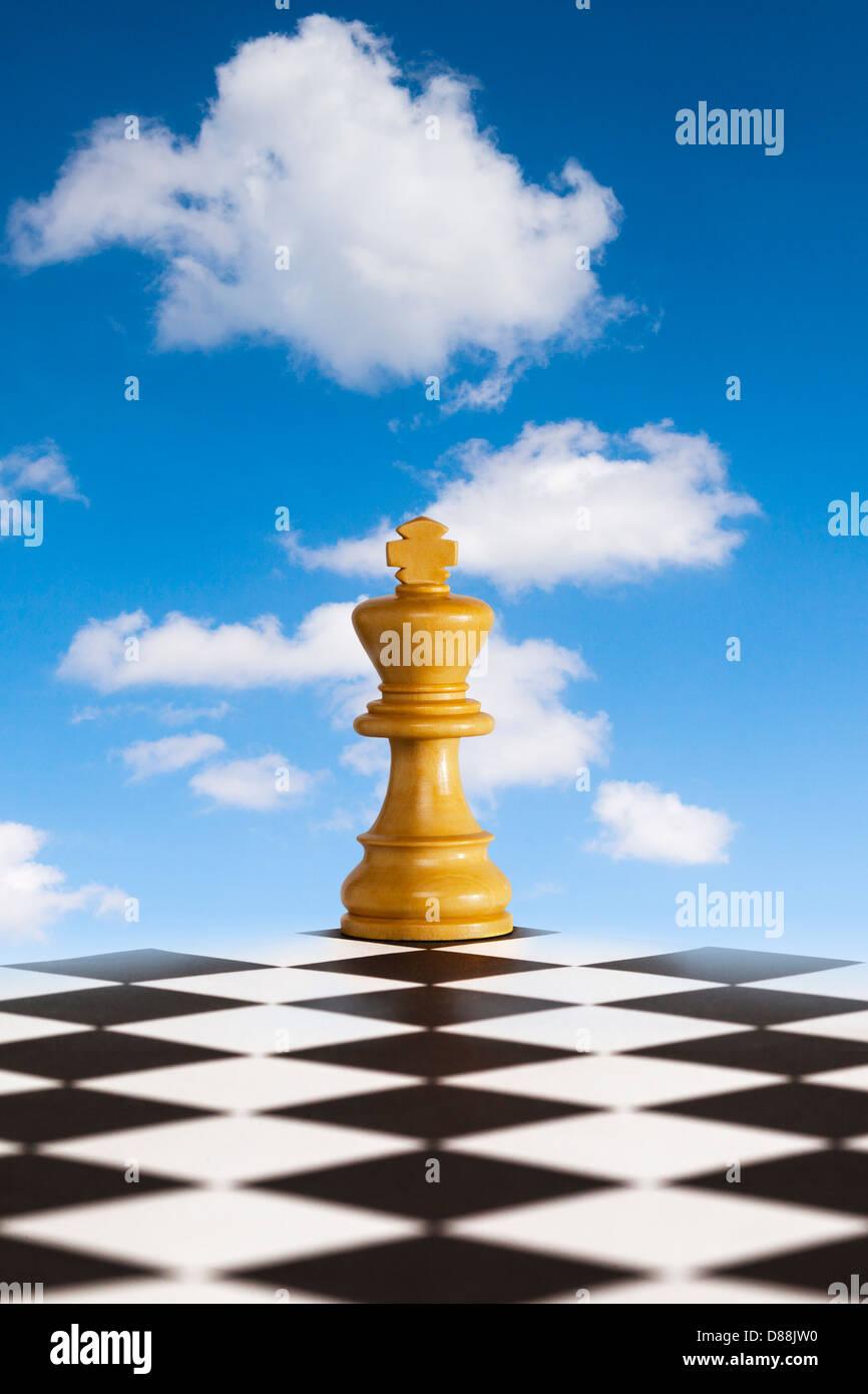 Chess - Nouvelle stratégie - chess king le conseil noir et blanc en face de bleu skty. Concepts de la nouvelle stratégie... Banque D'Images