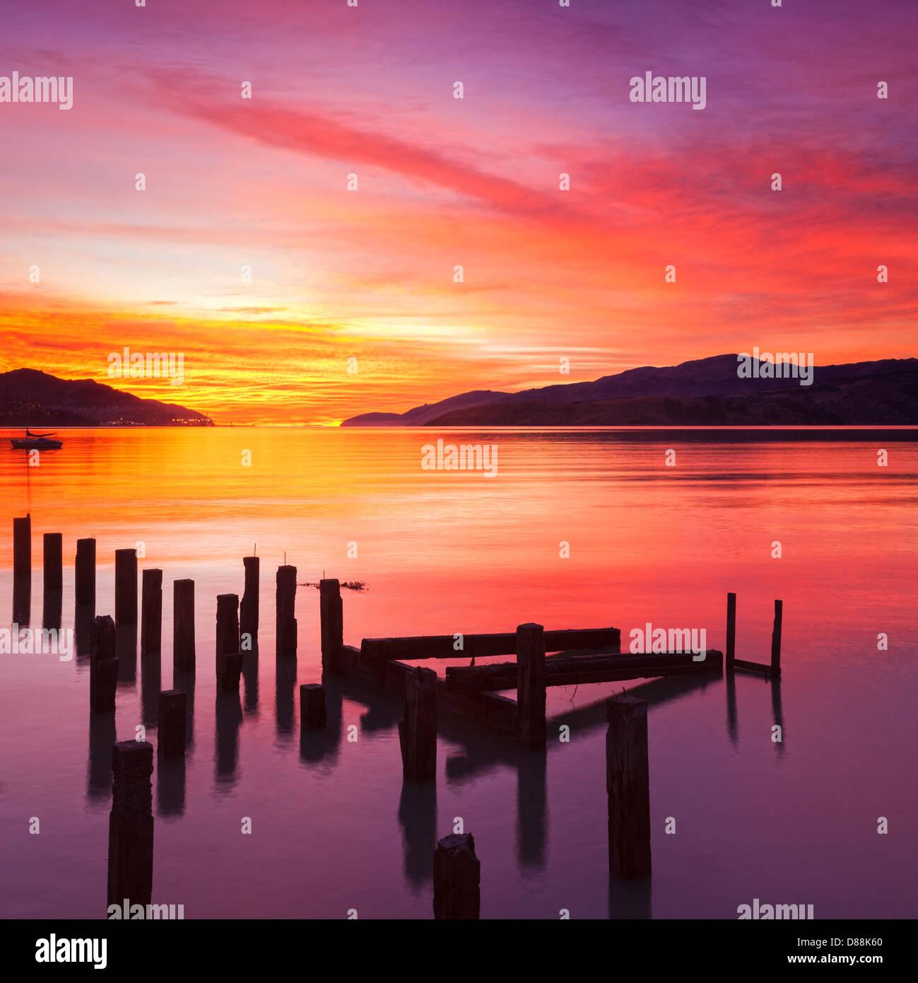 Magnifique coucher de soleil avec des couleurs rouge, jaune et orange, sur la baie de gouverneurs, de Canterbury Photo Stock