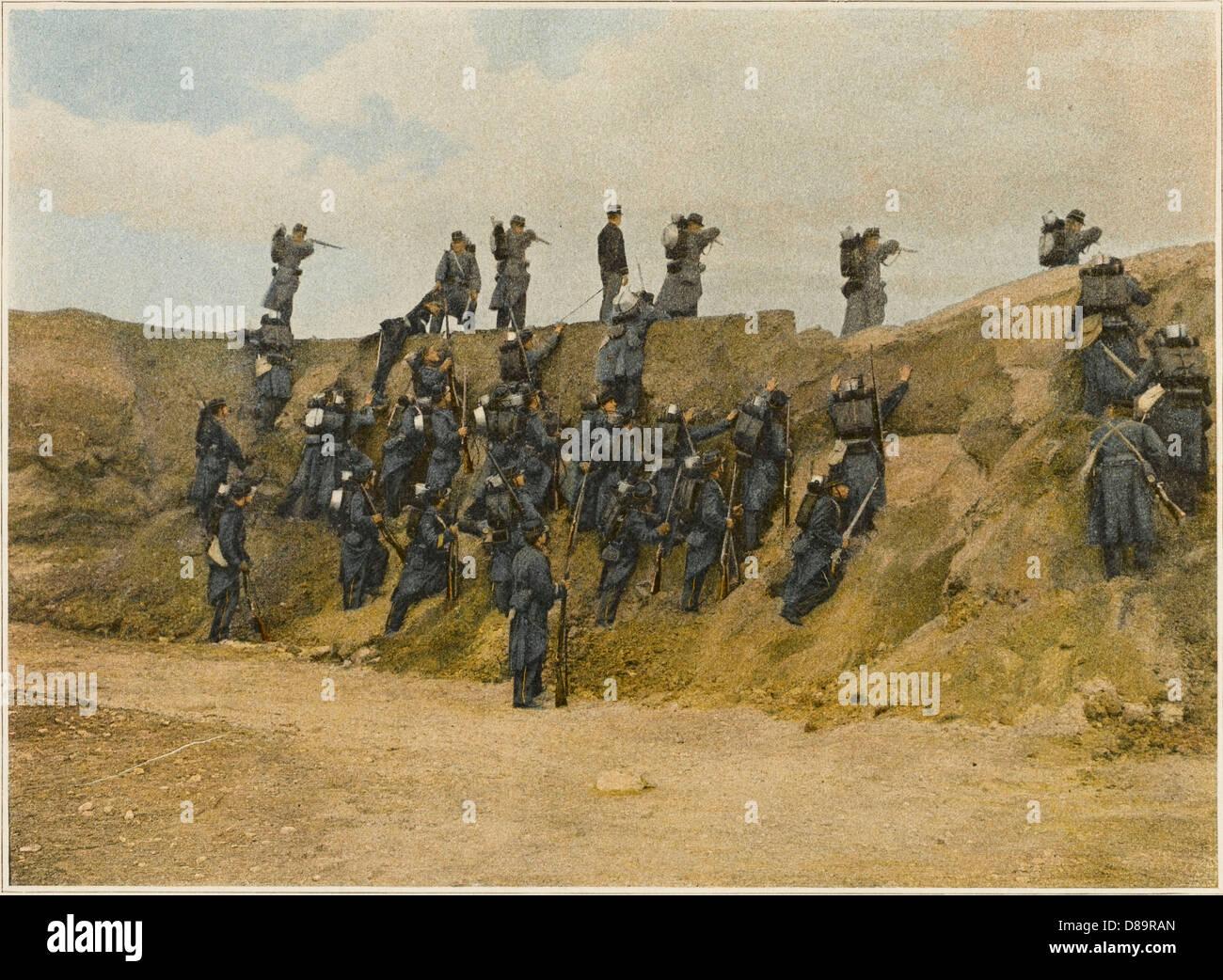 Escalading un obstacle Photo Stock