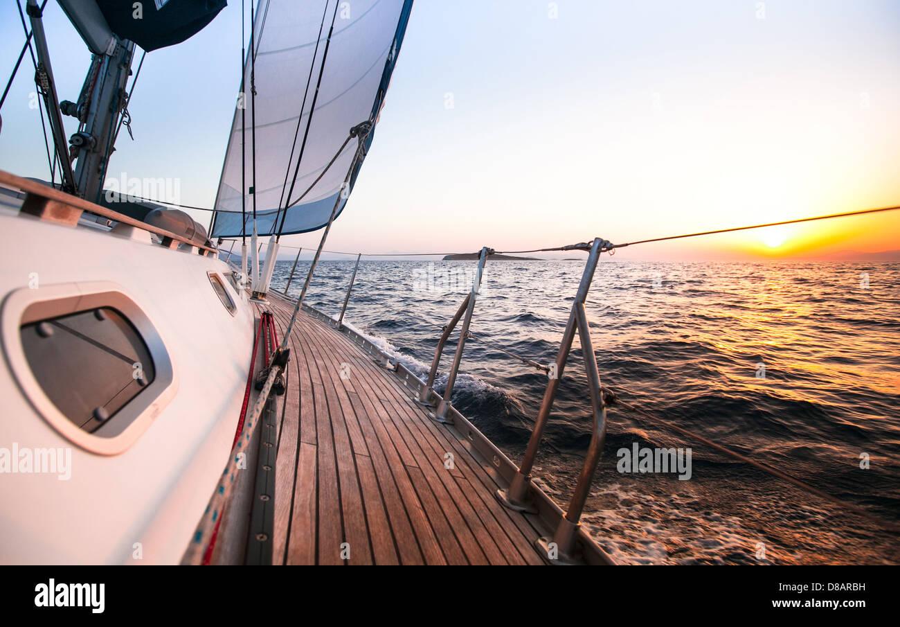 Régate de voile en Grèce, pendant le coucher du soleil. Photo Stock