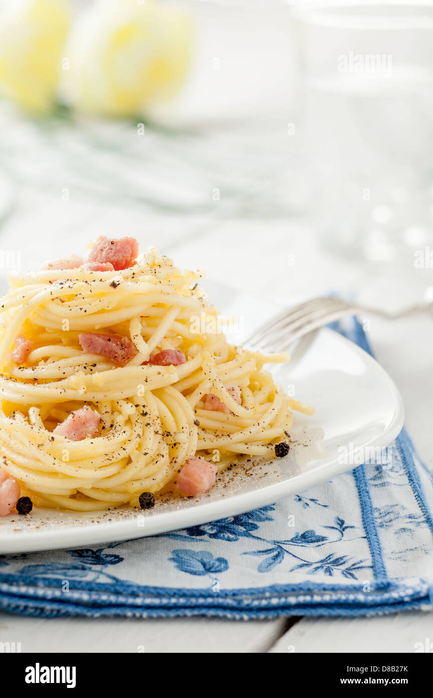 Spaghetti alla carbonara, une recette traditionnelle Italienne Photo Stock