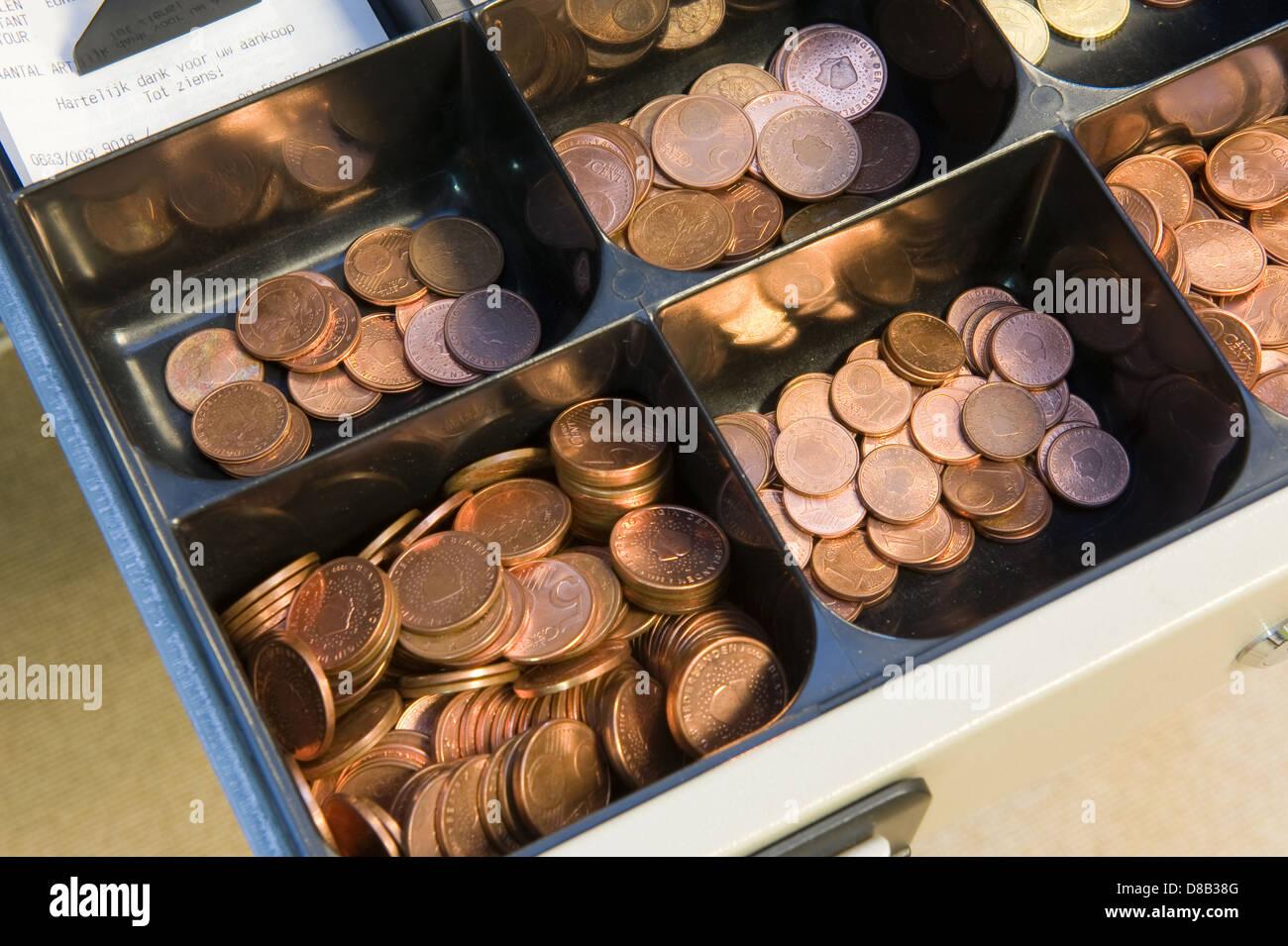L'argent en espèces en caisse à un paydesk dans un magasin Photo Stock
