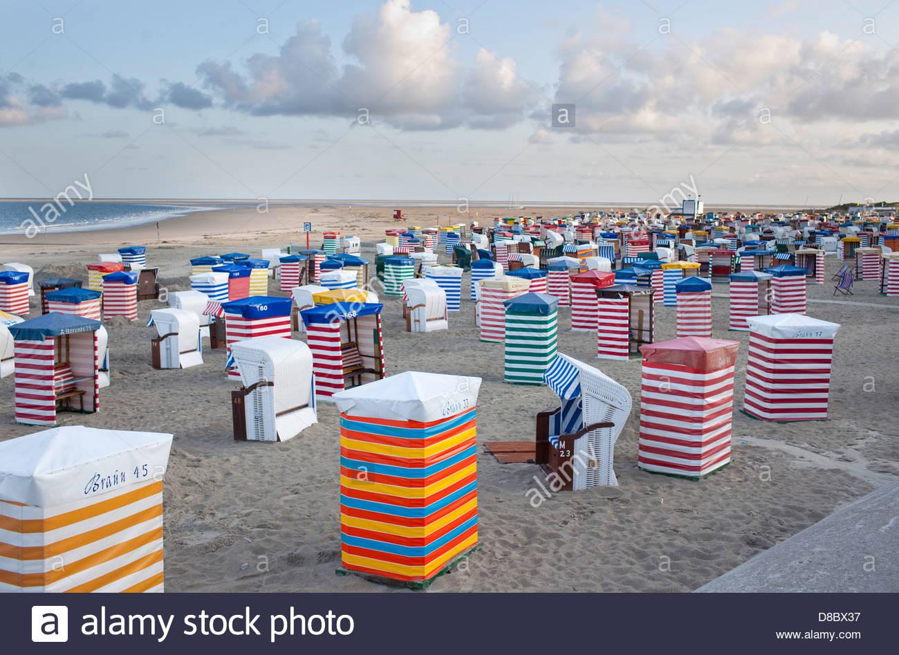 Chaises de plage sur la plage, mer du Nord, Borkum, Basse-Saxe, Allemagne Photo Stock