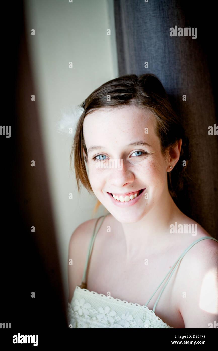 Adolescente, les jeunes, les jeunes, de pensée, d'innocence, yeux bleus Banque D'Images