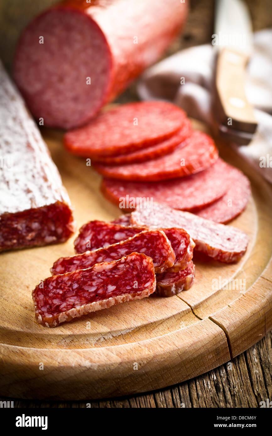 Tranches de salami gastronomique sur table de cuisine Photo Stock
