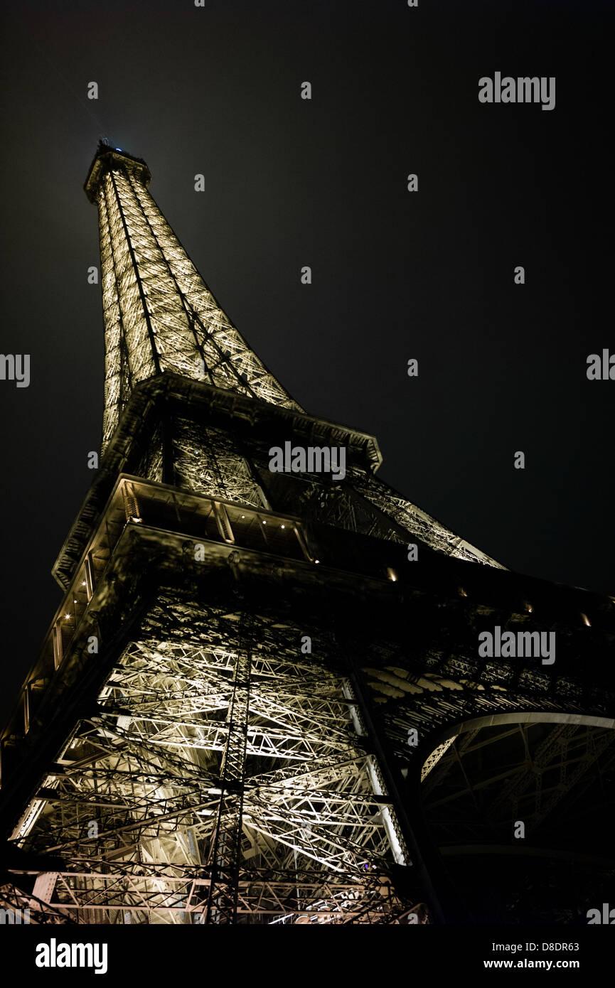 Vue sur la Tour Eiffel de nuit. Photo Stock