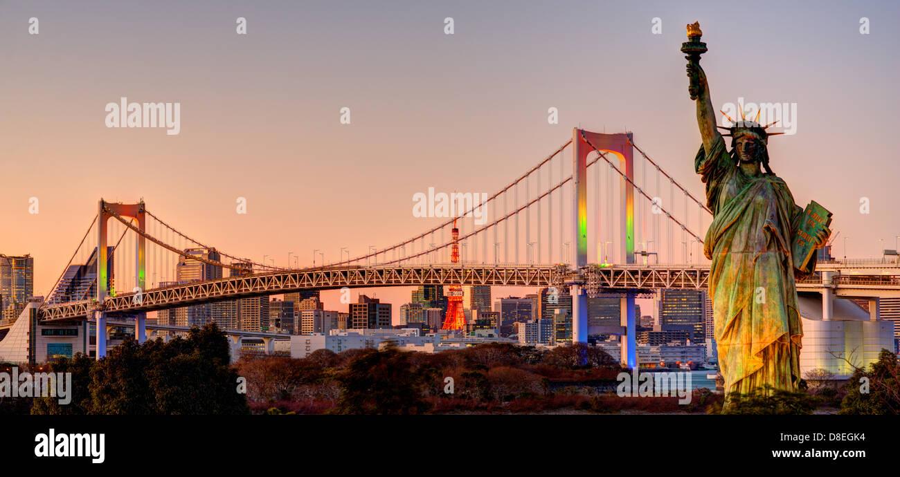 Statue de la liberté, pont en arc-en-ciel, et la Tour de Tokyo vu de Odaiba à Tokyo, Japon. Photo Stock