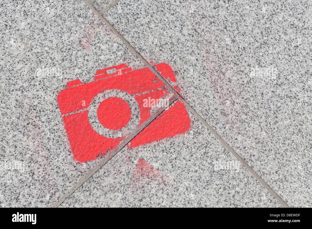 La forme de l'appareil photo au pavement peint à la bombe Photo Stock