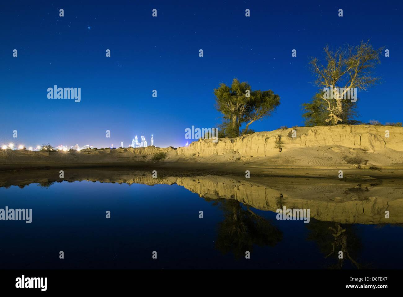 Toits de Dubaï reflète dans un lac d'eau de pluie dans le dessert, eau Photo Stock