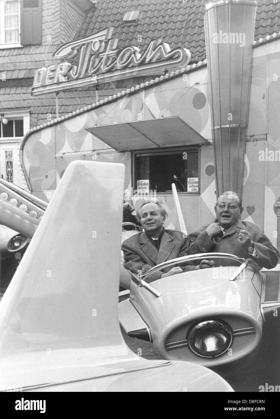 Homme politique de la CDU, ministre de la justice dans la Rhénanie du Nord-Westphalie, et l'éditeur de Westfalenpost, Artur Straeter (r), le 8 septembre 1962 sur un carrousel. Banque D'Images