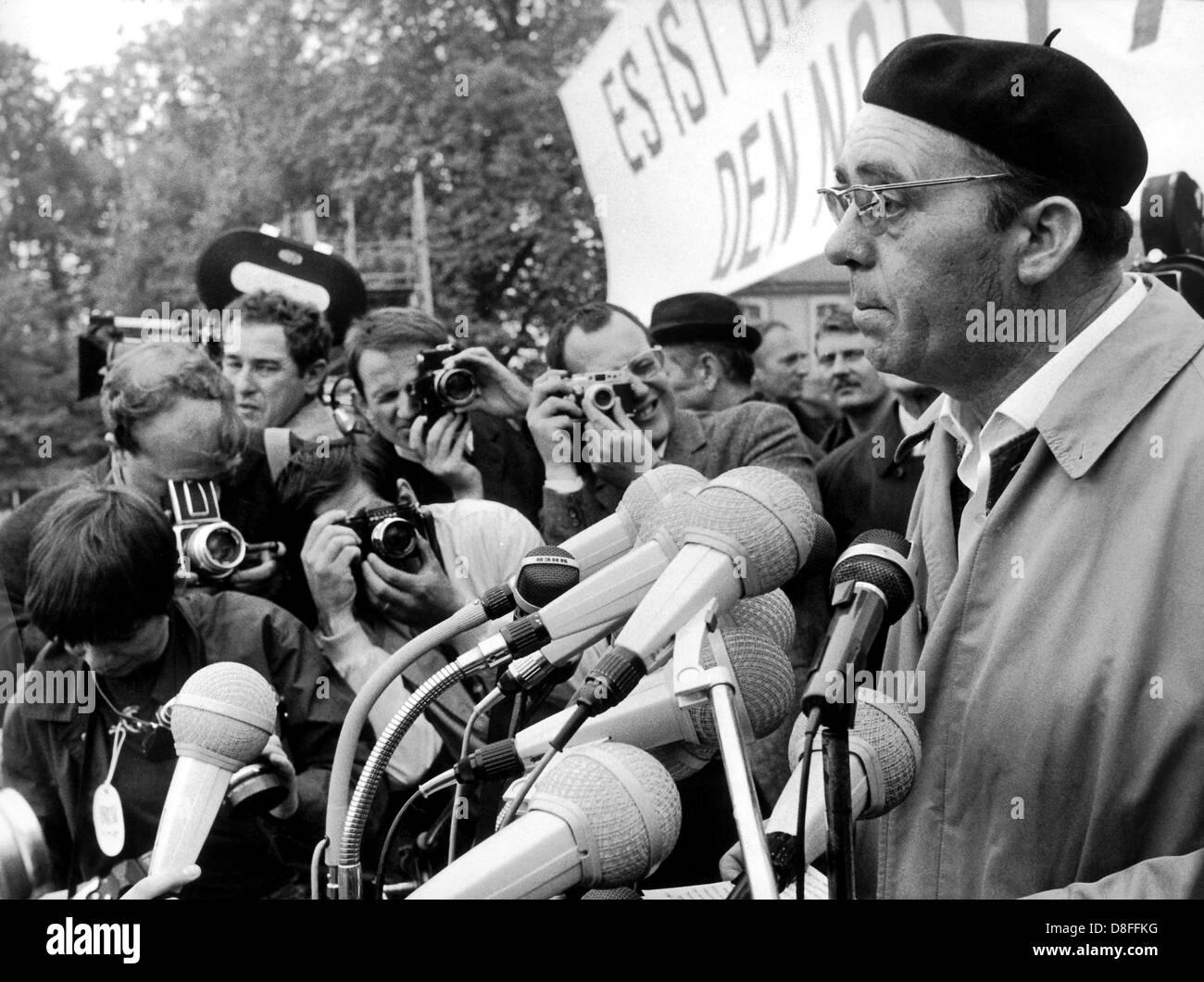 Writer Heirnich Böll parle aux participants d'un rassemblement contre la loi d'urgence le 11 mai en 1968. Banque D'Images