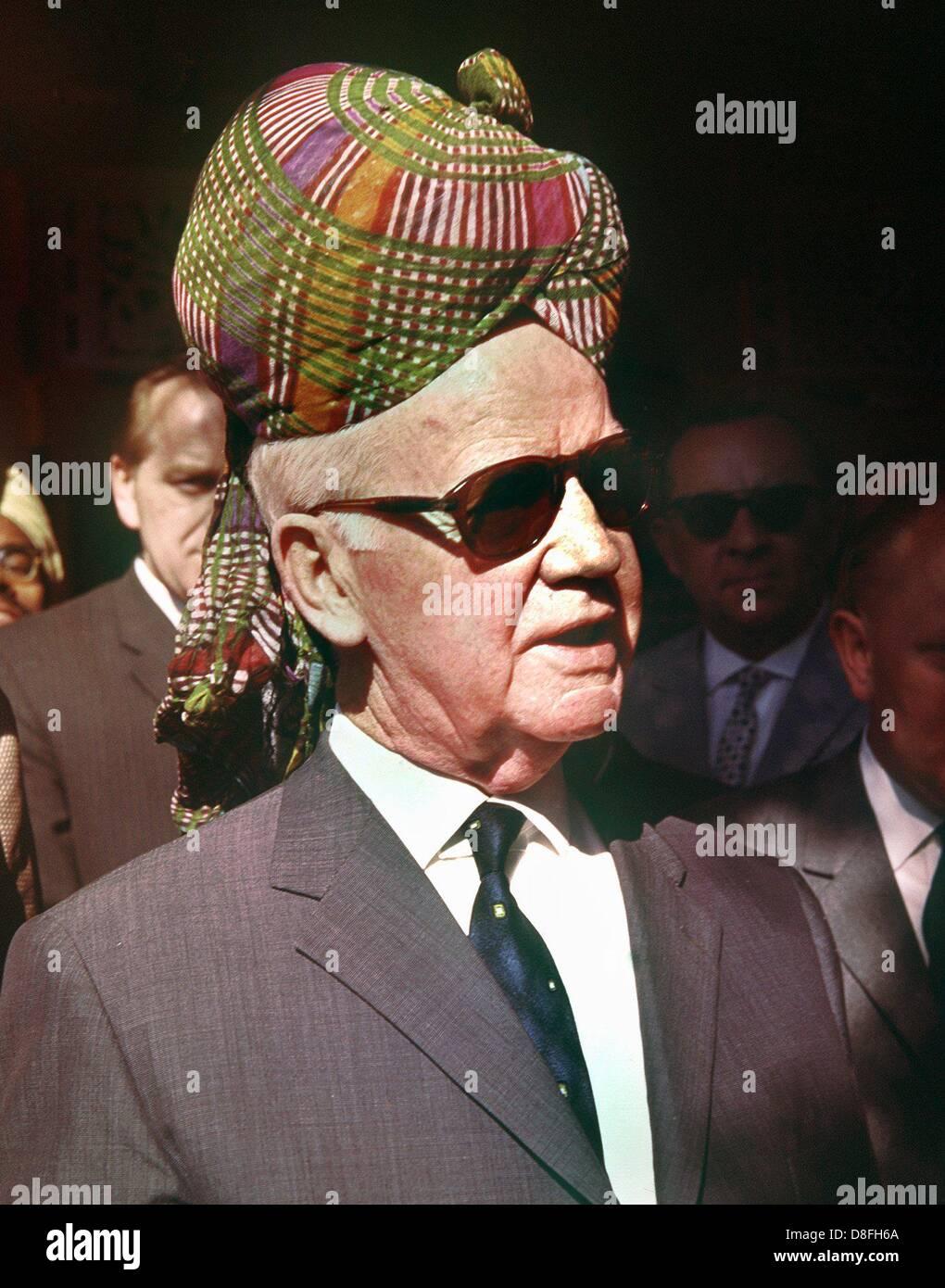 Le président allemand Heinrich Lübke porte un turban durant son voyage en Inde à la fin de 1962. Banque D'Images