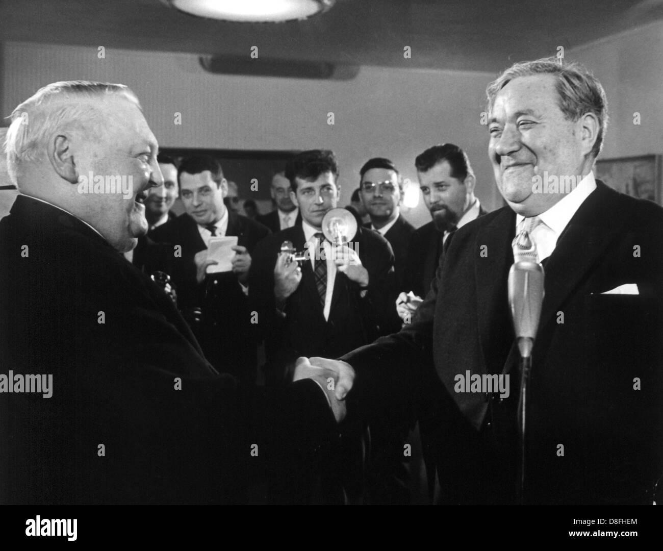 Vice-président du Bundestag allemand Carlo Schmid (r) félicite le ministre fédéral de l'Économie Ludwig Erhard sur tardive son 65 e anniversaire le 5 février en 1962. Banque D'Images