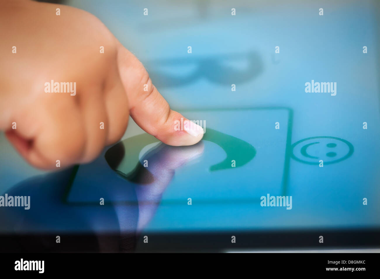 Les tout-petits un doigt sur un écran tactile Tablet l'apprentissage de l'alphabet à l'aide Photo Stock