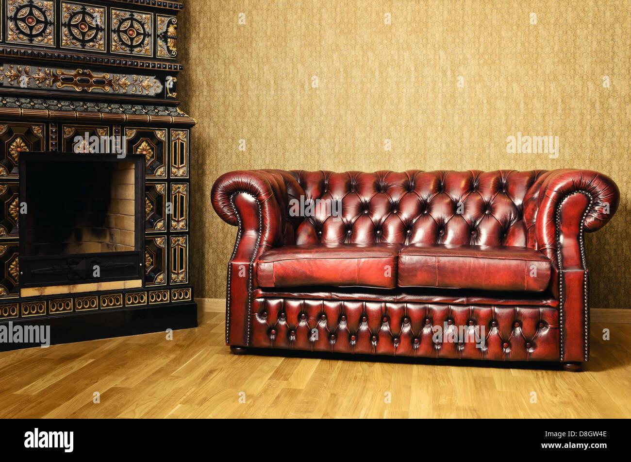 Canapé près de la cheminée Photo Stock