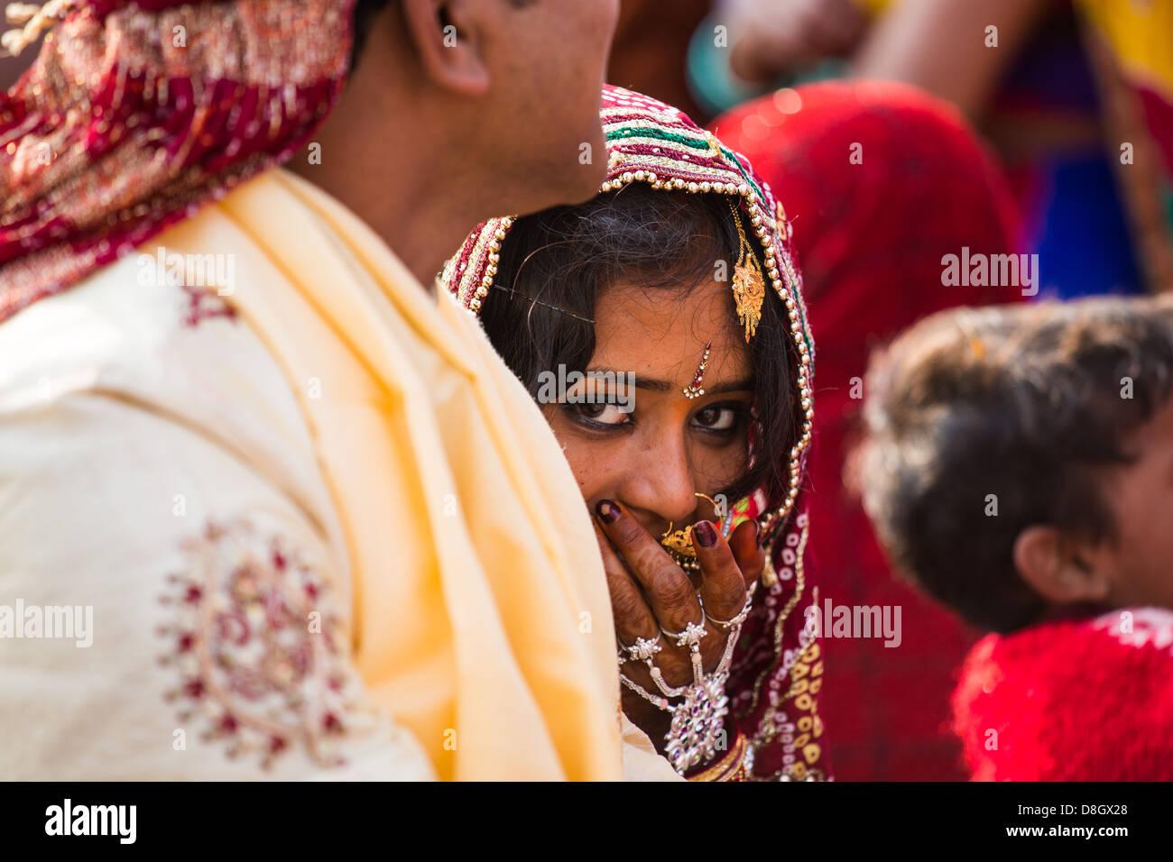 Hindou nouvellement marié mariée sur un ghat à côté du Gange à Varanasi, Inde Photo Stock