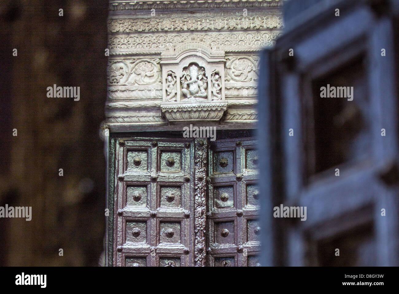Entrée d'un temple hindou à Varanasi, Inde Photo Stock