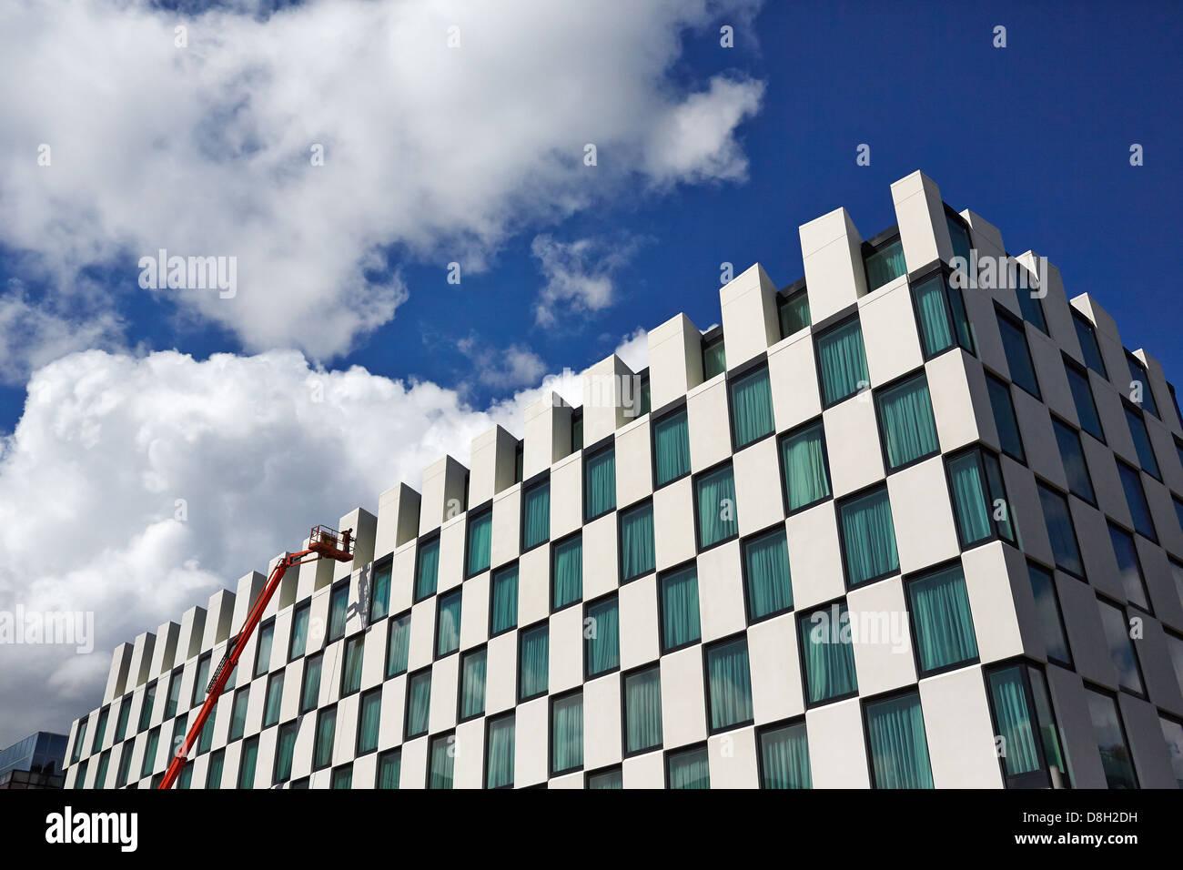 Le nettoyage de l'extérieur du marqueur, l'hôtel Grand Canal Docks, Dublin, Irlande Banque D'Images