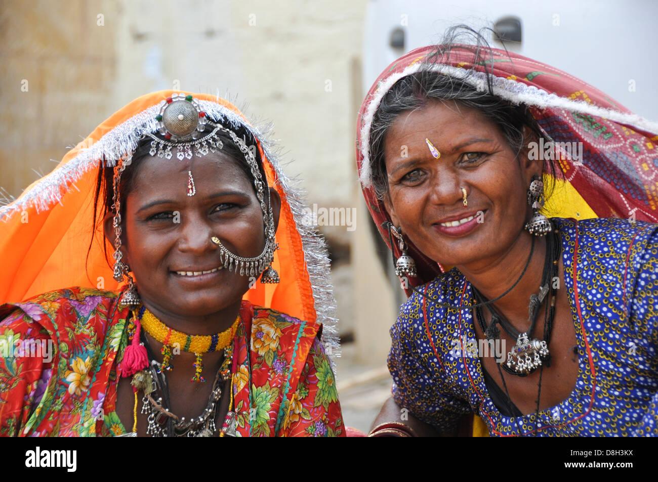 Les femmes en sari Rajasthani traditionnelle robe et bijoux Jodhpur, Rajasthan, India Banque D'Images
