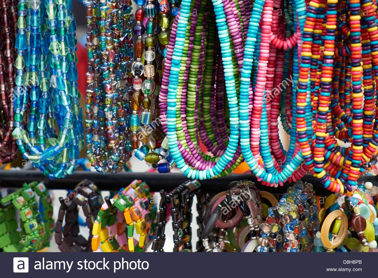Bijoux fantaisie colorés, échoppe de marché, Place du Vieux Marché,  Nottingham Photo Stock 3d9a7706e211