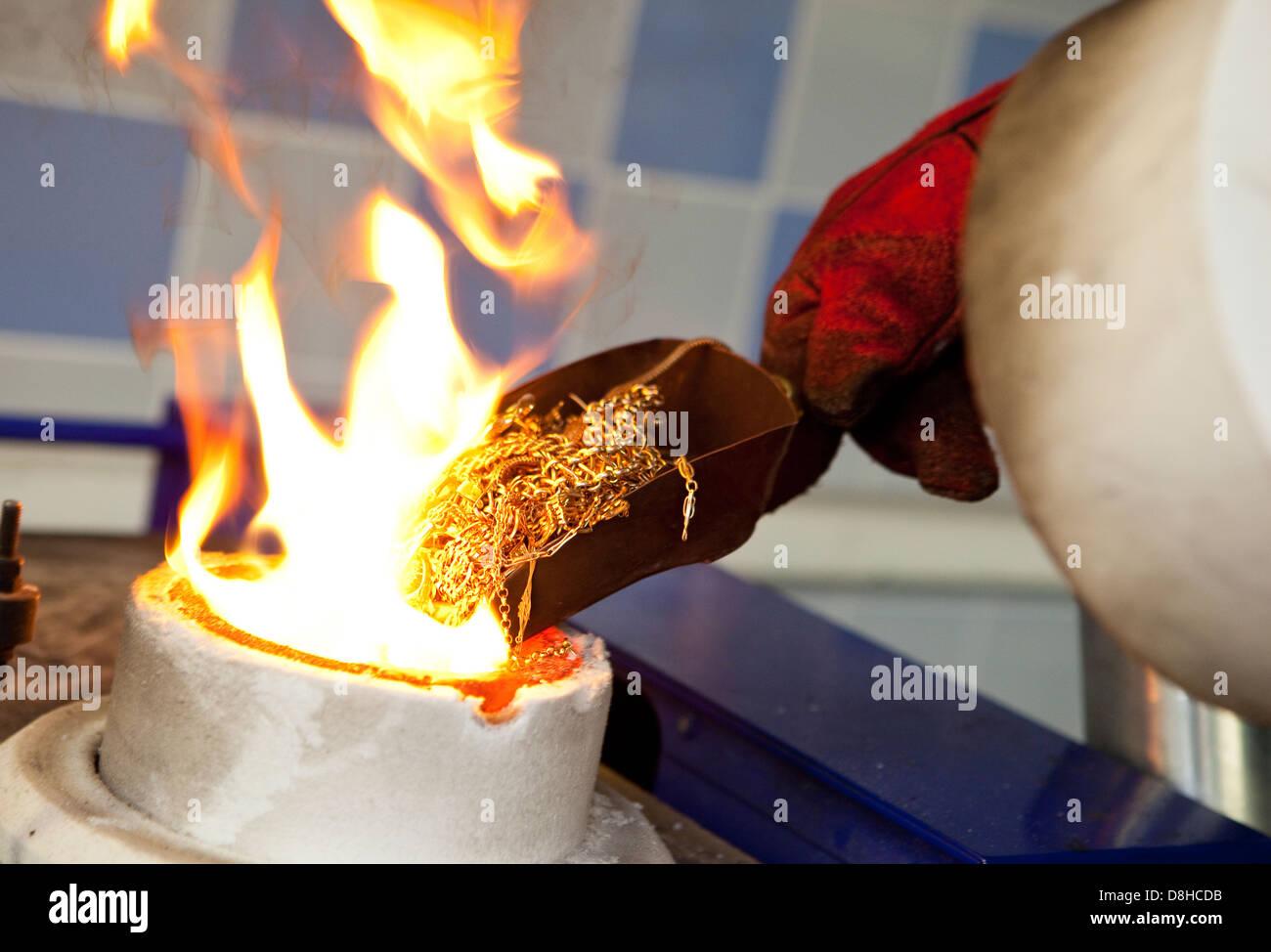 Recyclage déchets d'or pour faire une barre d'or en fusion à la London Assay Office dans la gouttière Lane Crédit photo: David Levenson Banque D'Images